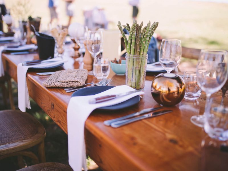 restaurant-dinner-festive-lunch-cutlery-table-wine-glass-wedding-no-people-event-wedding-reception_t20_kneo1p.jpg